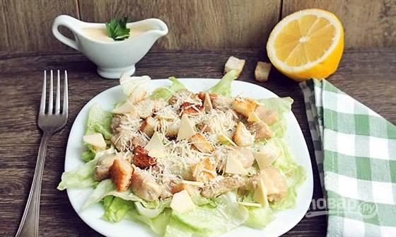 Выложите крутоны. Сверху натрите сыр и полейте всё соусом. Приятного аппетита!