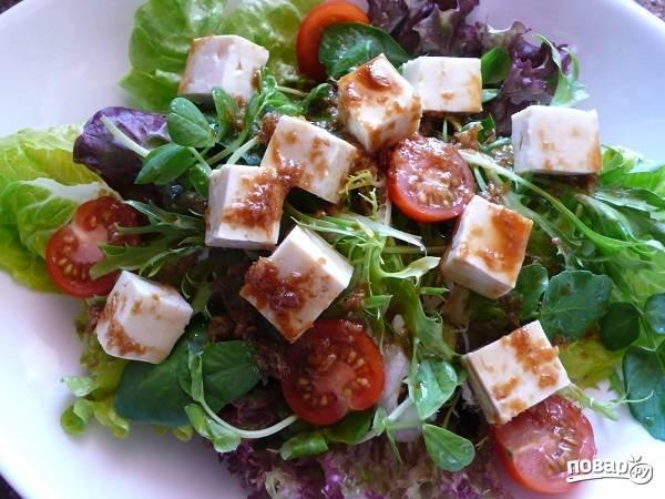 4. Полейте салатик заправкой. При желании аккуратно перемешайте его.