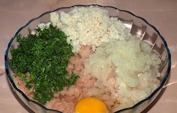 4. Размачиваем хлеб в молоке, добавляем туда яйцо, зелень, соль и приправы. Не забудьте добавить зелень и тертый лук.