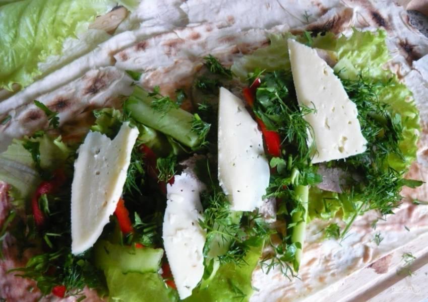 5.Зелень (укроп) мою и вытираю бумажным полотенцем, затем нарезаю мелко и посыпаю начинку. Сыр нарезаю кусочками и выкладываю поверх зелени.