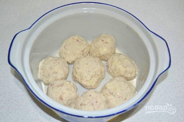 5. Фарш посолите и поперчите по вкусу. Из полученной массы сформируйте небольшие фрикадельки и выложите в жаропрочную форму.
