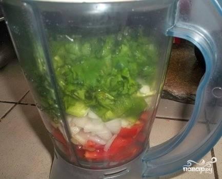 Все овощи тщательно вымойте под холодной проточной водой, нарежьте произвольными кусками и сложите в чашу блендера. Туда же отправьте свежую зелень. Влейте в чашу блендера имбирный сок, измельчите все до однородности на максимальной скорости.