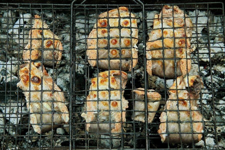 Время приготовления шашлыка не более 7-10 минут. В процессе запекания рыбу необходимо перевернуть один раз.