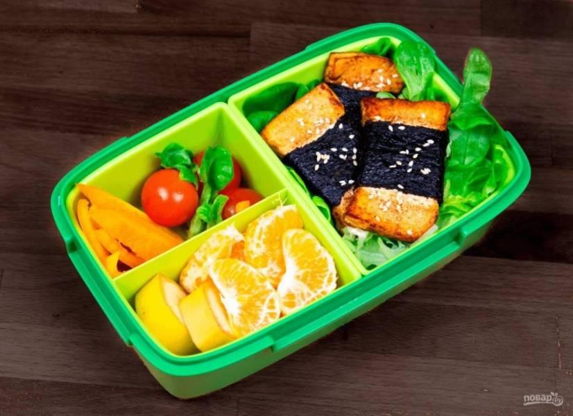 4.  Готовый сыр выложите на листья салата и посыпьте кунжутом. Приятного аппетита!