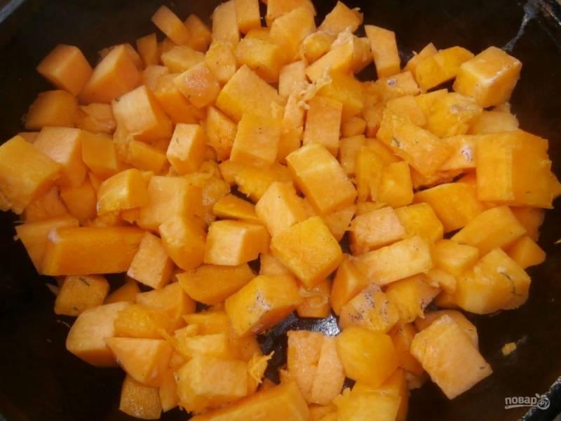 1.Очистите тыкву от кожуры и нарежьте ее небольшими кубиками. В сковороде растопите сливочное масло и выложите тыкву, обжарьте ее пару минут.
