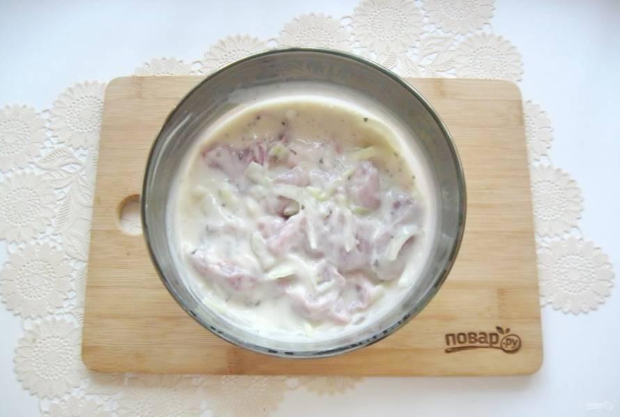 Хорошо перемешайте мясо с маринадом и поставьте в холод на 3-4 часа.
