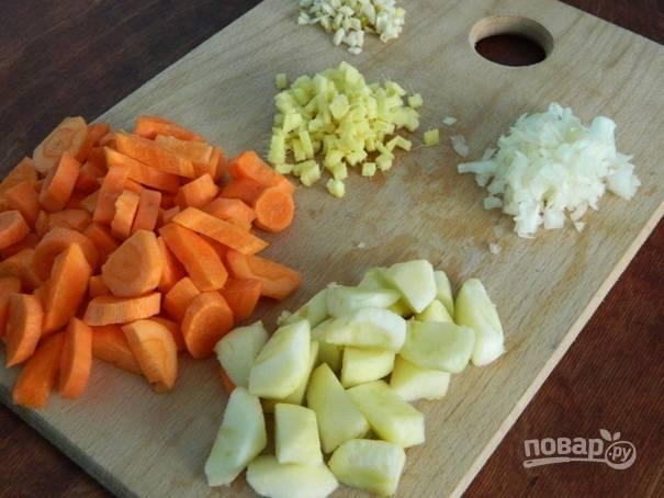 Затем мелко режем чеснок, лук и имбирь, а яблоки и морковь — более крупными кусками.
