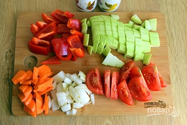Все овощи произвольно нарежьте на некрупные кусочки.