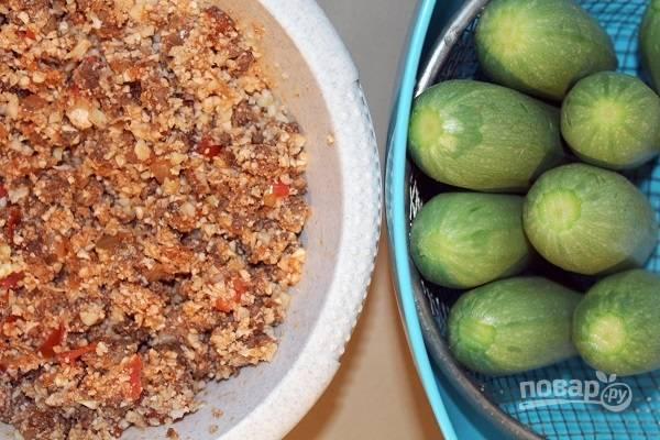 2. Выложите на сковороду капусту и нарезанный мелко помидор, томите еще пару минут. Снимите с огня и остудите. Аккуратно вырежьте в цукини сердцевину, наполните их начинкой. Крахмал разведите в небольшом количестве воды. Добавьте йогурт, соль, зелень и специи. Все тщательно перемешайте.
