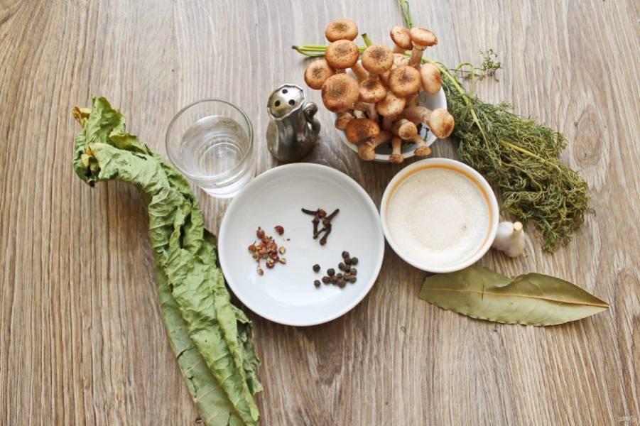 Подготовьте все необходимые ингредиенты для приготовления маринованных опят на зиму.