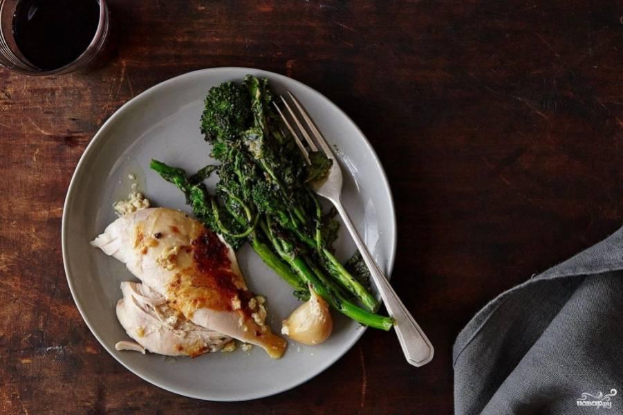 Готовую курицу, тушенную в молоке, вы можете подавать с рисом или картофелем. Мясо предварительно обрежьте с костей и разложите порционно.  Приятного аппетита!