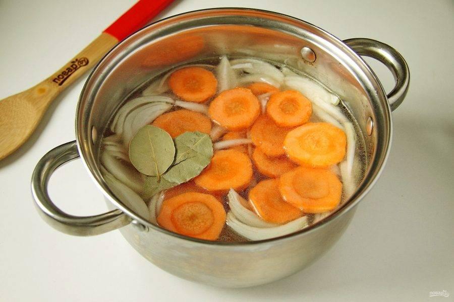 Добавьте лук, морковь, лавровый лист и нарезанное порционными кусками вареное мясо. Варите бульон с мясом и овощами 30 минут.