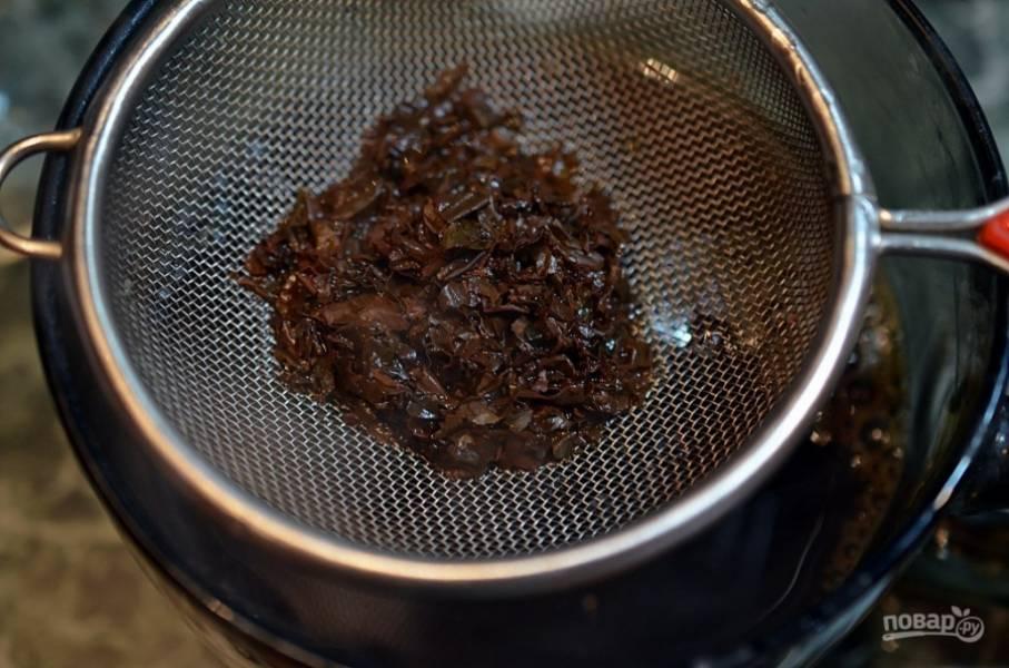 Процедите чай через сито. Добавьте сироп, перемешайте, чтобы он растворился. Остудите до комнатной температуры.