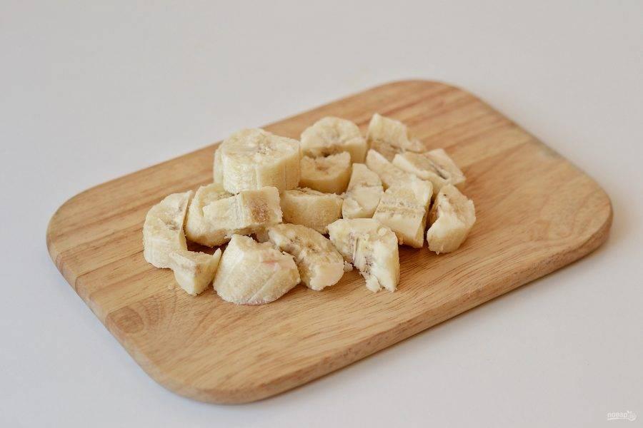Банан очистите от кожуры и уберите в морозильник на ночь. Затем нарежьте ломтиками.