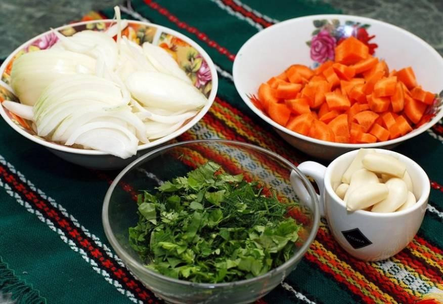 Теперь подготавливаем овощи: морковь нарезаем на четвертинки, репчатый лук перьями. Измельчаем свежую зелень, чеснок чистим.