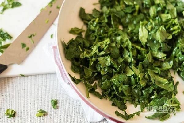 1.Вымойте листья шпината и крупно их нарежьте.