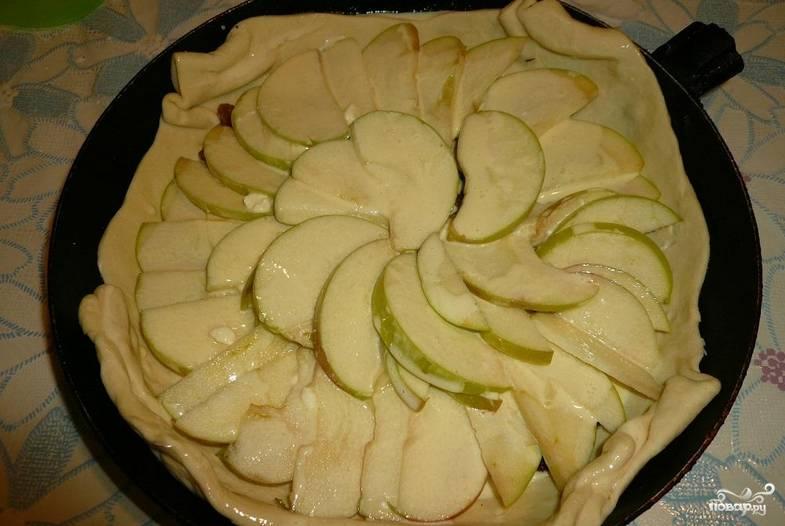 Приготовленную заливку выливаем на тесто с яблоками. Края теста загните к середине.