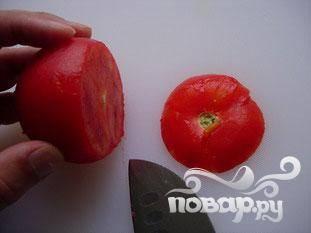 Очистить помидоры. Срезать тонко верхушку, удалить кожуру