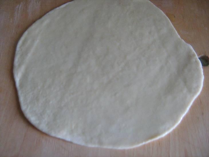 Готовое тесто должно полежать минут 15-20. Затем делим его на 4 части. Каждую часть раскатываем на круг, толщиной примерно 0,5 см.