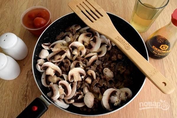Добавьте грибы, нарезанные на тонкие ломтики, помешайте и готовьте в течение 1 минуты.