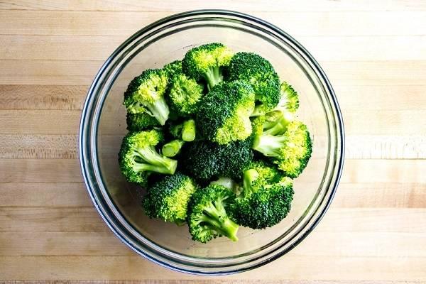 2. Брокколи, если используете, вымойте, обсушите и разделите на соцветия. Сбрызните оливковым маслом, посолите и поперчите по вкусу.