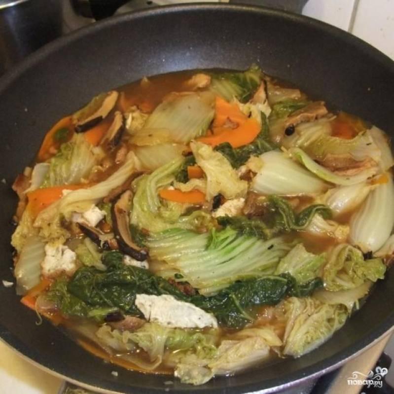 3.Заправить капусту тертым корнем имбиря, чесноком или чесночным порошком по вкусу, и несколькими ложками соевого соуса.