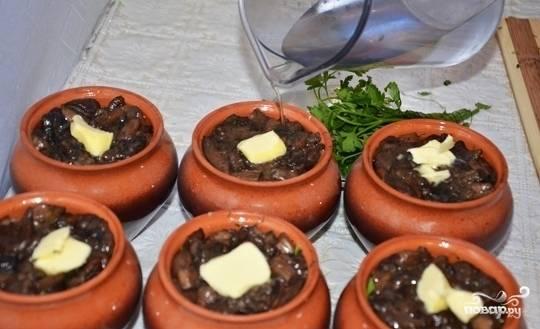 В каждую порцию положите по чайной ложке  сливочного масла, залейте 150 мл. воды.