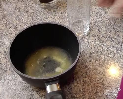 Желатин залейте водой и оставьте набухать на 40 минут.