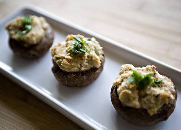 7. Достаточно 20-25 минут и запеченные грибы с начинкой в домашних условиях будут готовы. Перед подачей можно присыпать свежей зеленью.