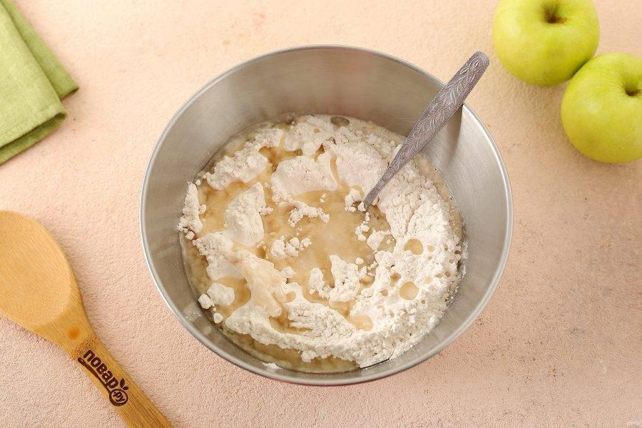 Затем добавьте примерно половину порции муки, масло и соль.