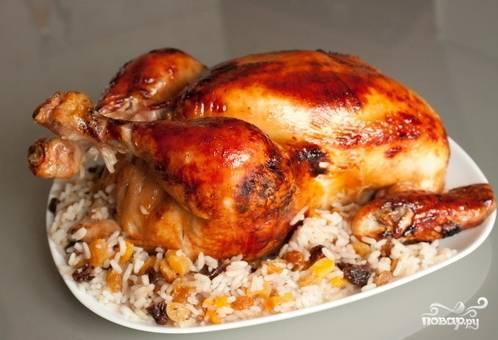 Из готовой курочки выньте рис, на него выложите готовую птицу. Подавайте блюдо к столу. Приятного аппетита!