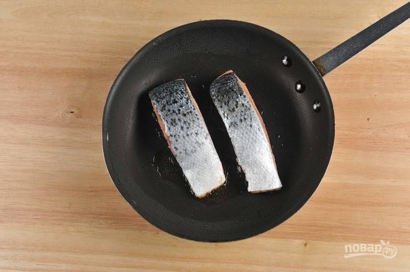 2. Рыбу натрите солью и перцем. Затем обжарьте её в разогретом оливковом масле по 3 минуты с каждой стороны.