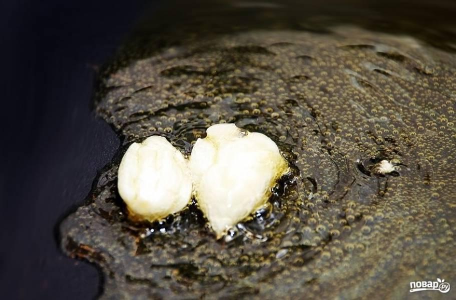2. Сразу на растительном масле обжариваем два зубчика чеснок (я всегда предварительно давлю его ножом, а уже после отправляю на сковороду).