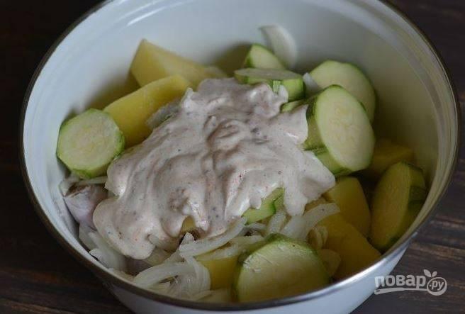 Выложите все ингредиенты в большую миску, добавьте к ним маринад. Тщательно все перемешайте и поставьте в холодильник настояться на два-три часа.