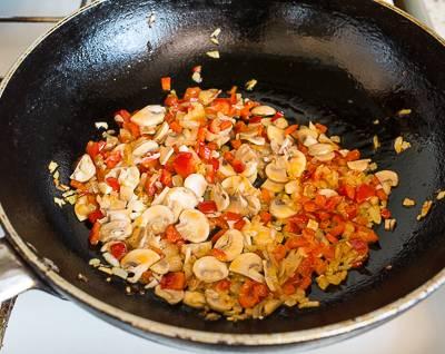 5. Добавьте шампиньоны на сковороду и обжарьте до готовности. Вот и все, кускус с грибами в домашних условиях готов. Осталось только соединить крупу с овощами на сковороде, аккуратно все перемешать и можно подавать к столу, по желанию украсив свежей зеленью.
