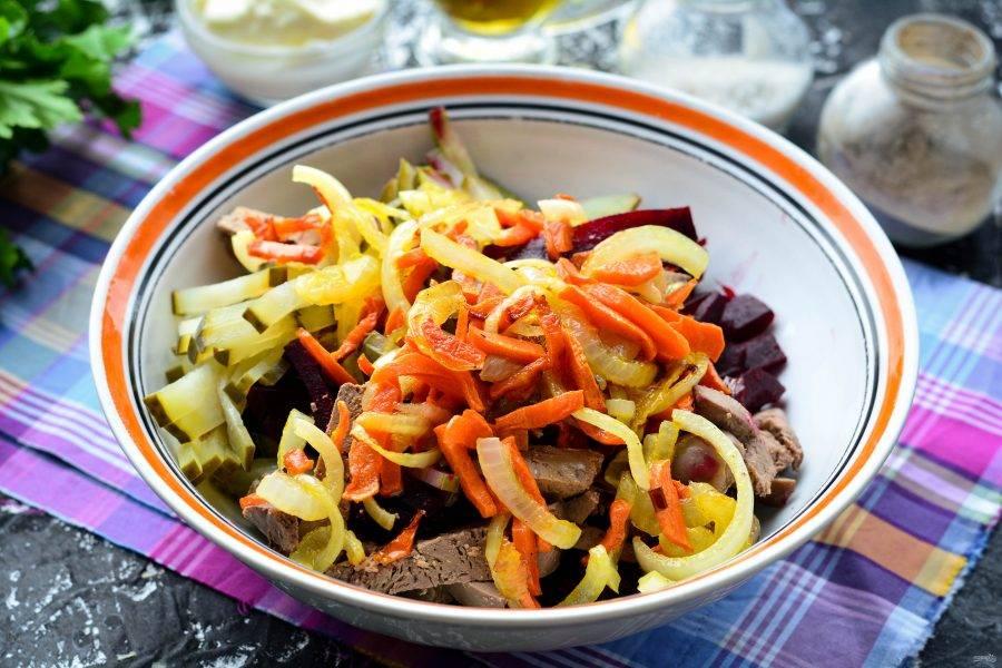 Добавьте жареные овощи.