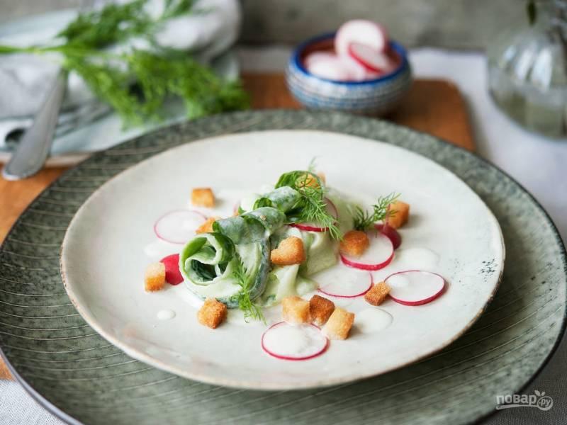 Весенний салат с огурцом и редисом