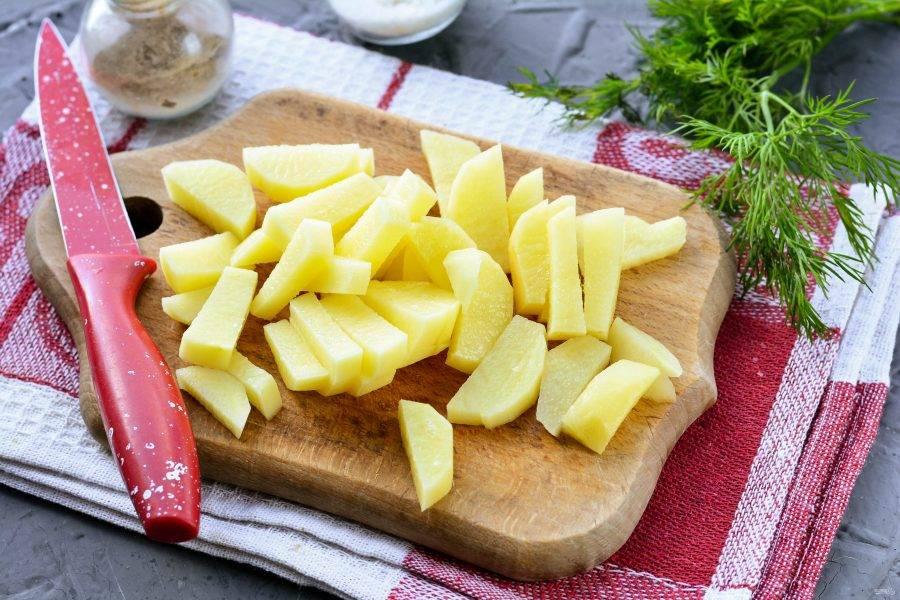 Картофель почистите и нарежьте брусочками.