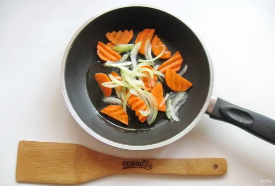 Морковь и лук очистите, помойте и нарежьте. Выложите в сковороду. Налейте оливковое или подсолнечное масло. Тушите овощи 7-8 минут, перемешивая. Вместо репчатого лука можете взять лук порей.