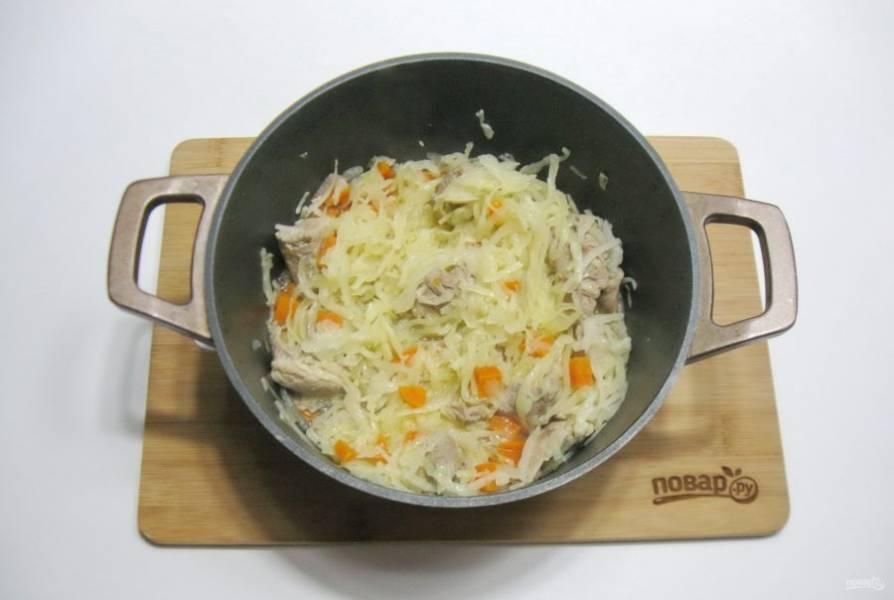 Накройте кастрюлю крышкой и тушите мясо с капустой еще 10-15 минут, периодически перемешивая.