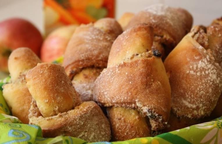 Перед подачей на стол посыпьте круассаны сахарной пудрой. Приятного аппетита!