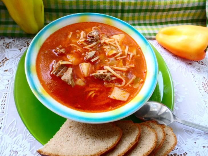 За 5 минут до готовности добавьте в кастрюлю лапшу и острый перчик. Готовый суп снимите с плиты и дайте ему настояться 10 минут под крышкой. Приятного аппетита!