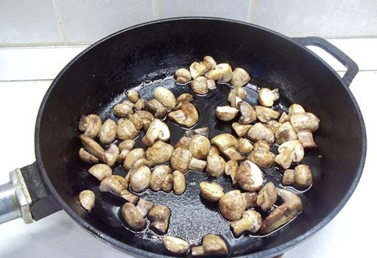 Шампиньоны промываем, нарезаем и обжариваем на растительном масле 10 минут до золотистости.