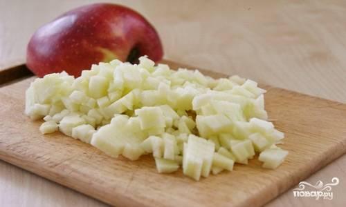 Очищенные сладкие яблоки очистите от кожуры и порежьте на небольшие кусочки, сбрызните их лимонным соком (таким образом они не потемнеют).