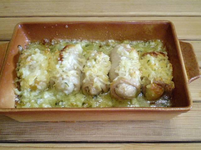 15. Блюдо готово. Подавать с овощными салатами. Я подавала с маринованными в томате цукини и вареными яйцами. Полейте жиром от жаренья. Приятного!