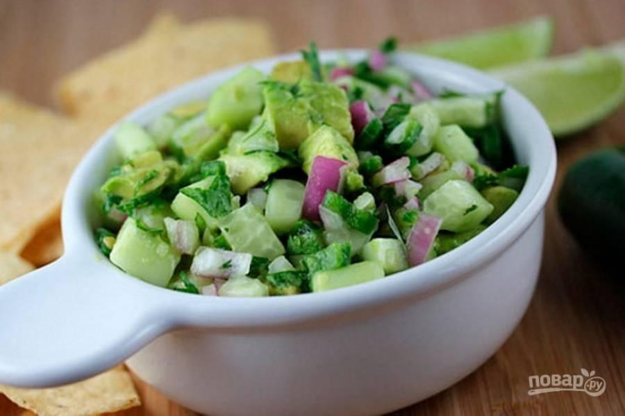 Заправьте салат свежевыжатым лимонным соком и подавайте к столу. Приятного аппетита!