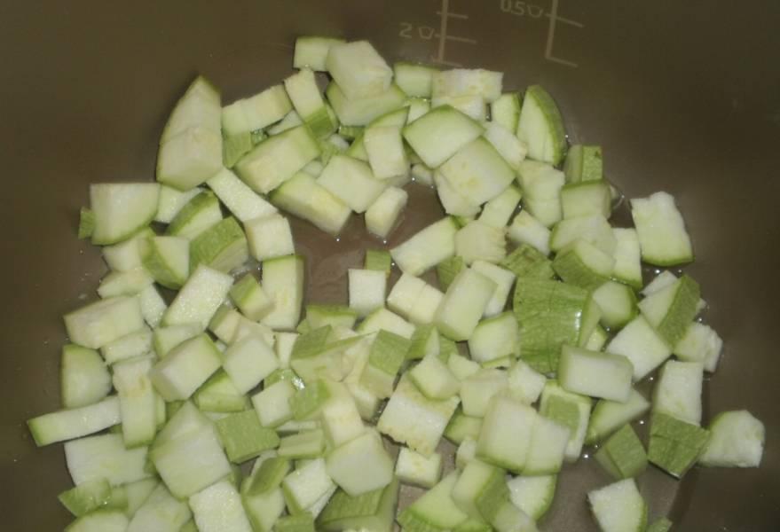 """Включите вашу мультиварку в режиме """"Жарка"""". Обжарьте порезанные кубиками кабачки на растительном масле. Жарить несколько минут."""