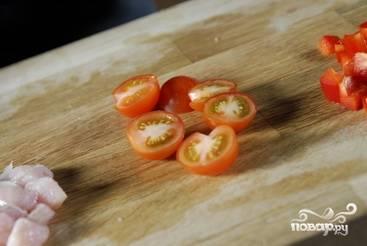 Затем режем на четвертинки помидоры черри.