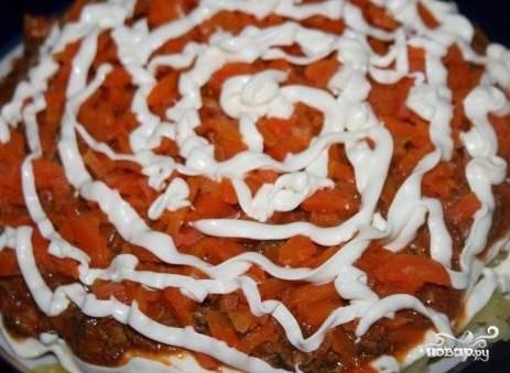 8. Прямо на кильку в томате уложите отваренную морковку. Слегка смажьте слой моркови майонезом.