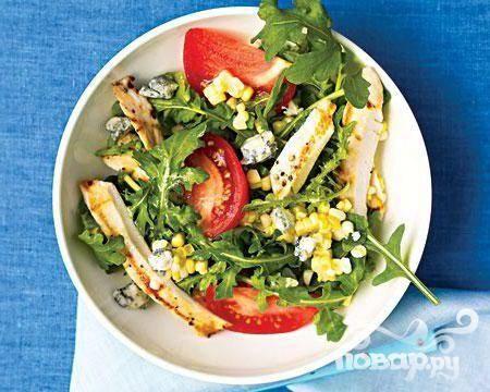 Салат с курицей, помидорами и голубым сыром